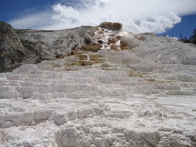 黃石公園; 曾是世界之最的猛馬溫泉.