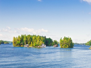 1-Day Thousand Islands, Upper Canada Village Tour from Montreal