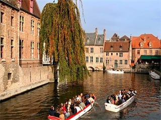 6-Day Amsterdam, Bruges, Brussels, Volendam, Paris Tour from Amsterdam Airport Pickup